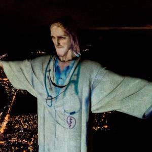 【コロナの医療従事者への感謝】ブラジルのコルコバードのキリスト像がプロジェクションマッピングで白衣姿へ