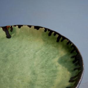 手びねりの緑釉皿