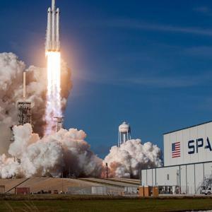 【速報】スペースX、民間初ロケット発射・・・
