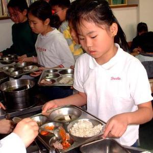 【国際】韓国の学校給食の実態 残り物を数回にわたって再利用してきたという疑惑浮上・・・!