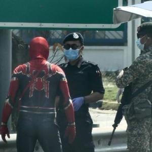 【警察公式投稿】スーパーヒーローも自宅待機を。行動制限マレーシア警察がスパーダーマンに自宅待機を指示