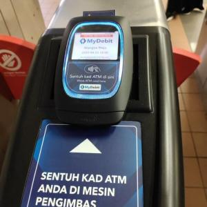 LRTに銀行発行のデビットカードで乗車可能に? 一部改札に対応機器設置