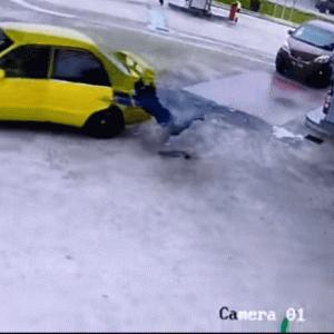 マレーシア ガソリンスタンドで給油中の車を強奪 急発進し女性が引きずられる