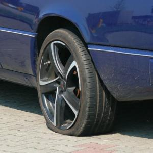パンクしたタイヤを交換中にRM120000が盗まれる 銀行から尾行か KL バンサー
