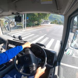 トラック運転手のブログ 運送会社の制服は青色が多い?