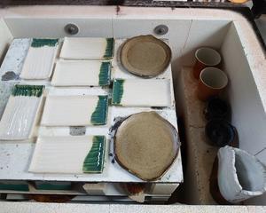 灯油窯から焼きたて陶器を出す
