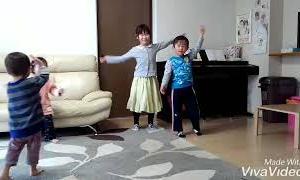 【4人きょうだい】4人で楽しくパプリカ踊る♪(早送り)