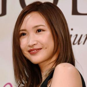 紗栄子さん チャリティーTシャツとマスク着用姿投稿、「生脚美しい」などのコメントが寄せられている!!!!