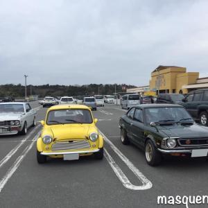 駐車場はなぜだかイベントのよう・・・旧車の横には旧車が停まる説