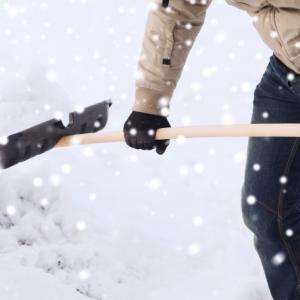 【秋田】屋根の雪を下からつんつんして雪下ろししていた男性、落ちてきた雪を華麗に避けたあと悲劇が..