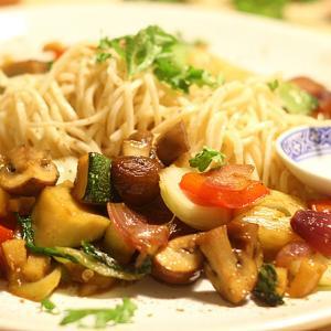 【レシピ・カロリー付き】鶏肉とピーナッツの黒酢炒め・塩昆布キャベツ・わかめと卵の中華スープ【今日の献立46】