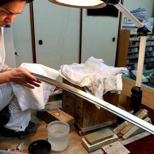 京都・上賀茂神社の奉納刀、銘「兼氏」は室町時代の作か?100年ぶり輝く刃文が蘇る!