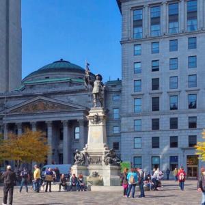 ノートルダム大聖堂前のダルム広場をご案内します