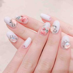 女の子の定番カラー♡白×ピンクのローズネイル!