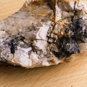 ブラックトルマリン(鉄電気石)ってどんな石?置き場所や意味、効果について