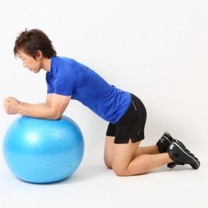 簡単そうで効いてくる! 膝つきバランス腹筋トレーニング