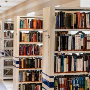 お金をかけずたくさんの本を読むには、メルカリと自治体の図書館のインターネット予約サービスを活用するべきです。その方法。