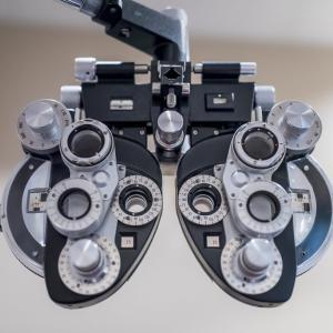 【目安表】視力ベースのコンタクトとメガネの度数について
