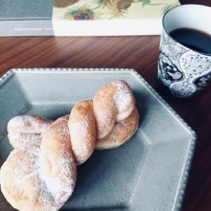 おうちカフェ『ファミマのツイストドーナツ』