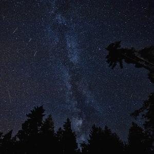 高校の時、友達とキャンプに行く道中で流れ星がもの凄く多く見えていた。翌日のニュースで墜落事故が起こったと知って…
