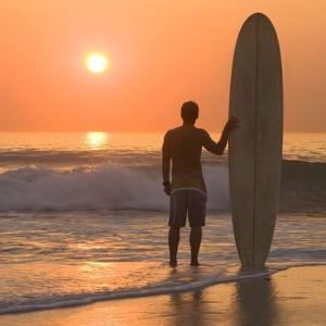 【不思議】サーフィン仲間の友人が亡くなり、親御さんにロングボードを譲られた。そのボードで海に入ったんだが…