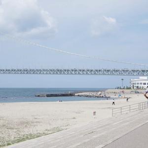 海峡に初夏の日差しが降り注ぐ午後