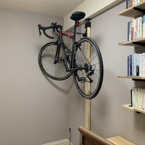 最高にちょうどいい在宅ワークルームをつくる⑤ バイクハンガーで自転車のディスプレイスペースをつくる