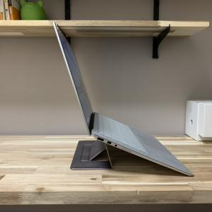 在宅ワーク時にノートパソコンを使う人必見!!疲労感緩和と集中力向上に役立つ「折りたたみ式ノートパソコンスタンド」を使ってみた。