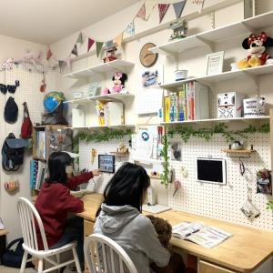 【子供部屋】を機能いっぱいにDIYリノベ。机の上にモノを置かないためには吊ればいい!