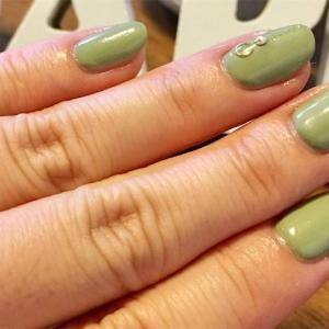 くすみグリーンでピスタチオカラー!ジェルカラーの作り方と緑を使ったネイルデザイン10選☆セルフでジェルネイル☆