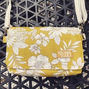 イエローの花柄バッグ