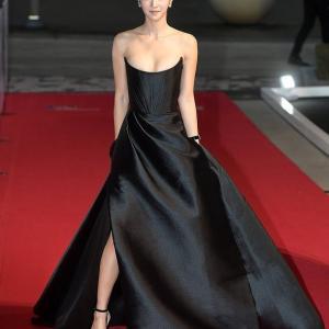『釜日映画賞』に登場したソイェジのドレスが大胆すぎる...!!