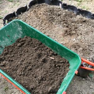 ただ積み上げていた雑草が、たい肥になりました。