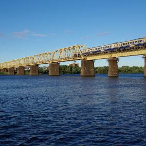 盛夏の五能線撮影(8):清々しい朝,米代川を渡るキハ40。