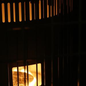 山小屋のだるまストーブに火を入れる