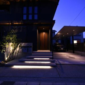 【施行例】愛知県稲沢市で美しく整った『モダンスタイル』の外構現場写真。照明により夜景も麗しいオシャレな外構です。