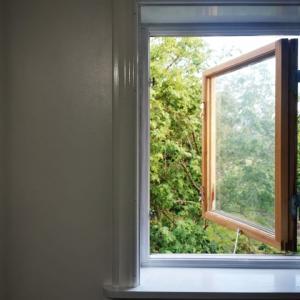 窓枠&遮光カーテンをとりつける