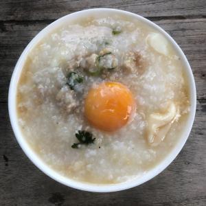 """タイの朝食はこんな感じ(""""おかゆ""""にする?豆乳とパートンコー?)"""