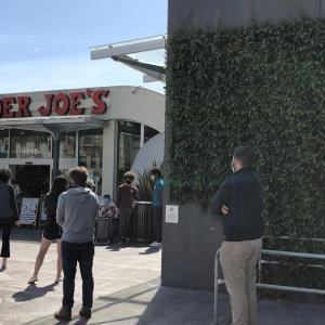 アメリカ コロナの影響:並ぶのが普通になってきたスーパーマーケット