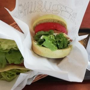 モスのグリーンバーガーと菜採み