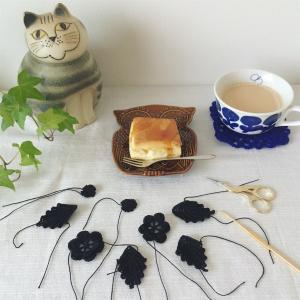 黒いモチーフ編みのお花と葉っぱ