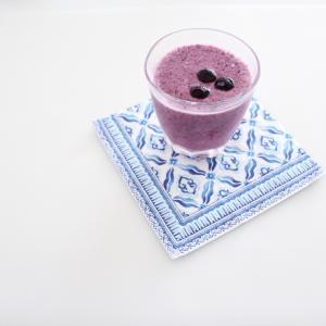 朝食にブルーベリースムージー