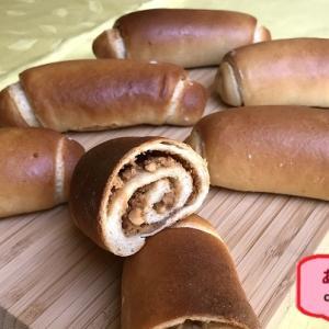 不意打ちのセミとカメムシ -ピーナツバターとクルミのロールパン -