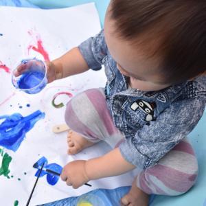 生まれて初めての絵の具  紙に、顔に、身体中に!