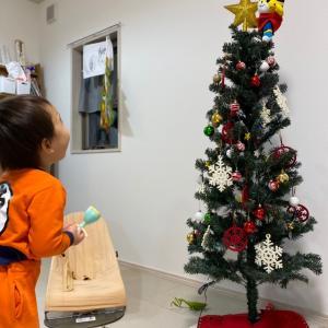 クリスマスツリーと子どもたち