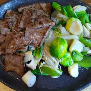 芽キャベツとエリンギとえのきとパプリカと玉ねぎの牛脂炒め 焼き肉添え