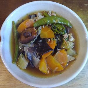 香味野菜と乾物と鶏肉の中華風スープ
