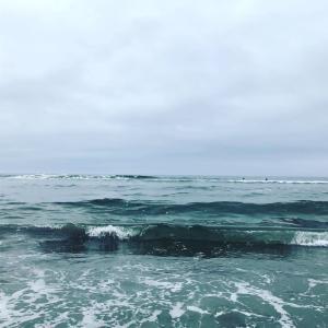 九十九里浜の海は、曇りです。