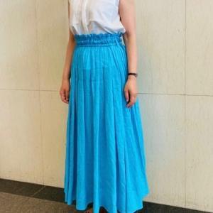 アラフィフ大人女性が似合う鮮やかなブルースカート&ワンピースコーデ