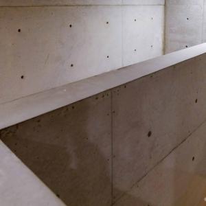 夜の「ベネッセハウスミュージアム」は宿泊者特典。ほぼ貸切、ノスタルジーな現代アート鑑賞[直島]